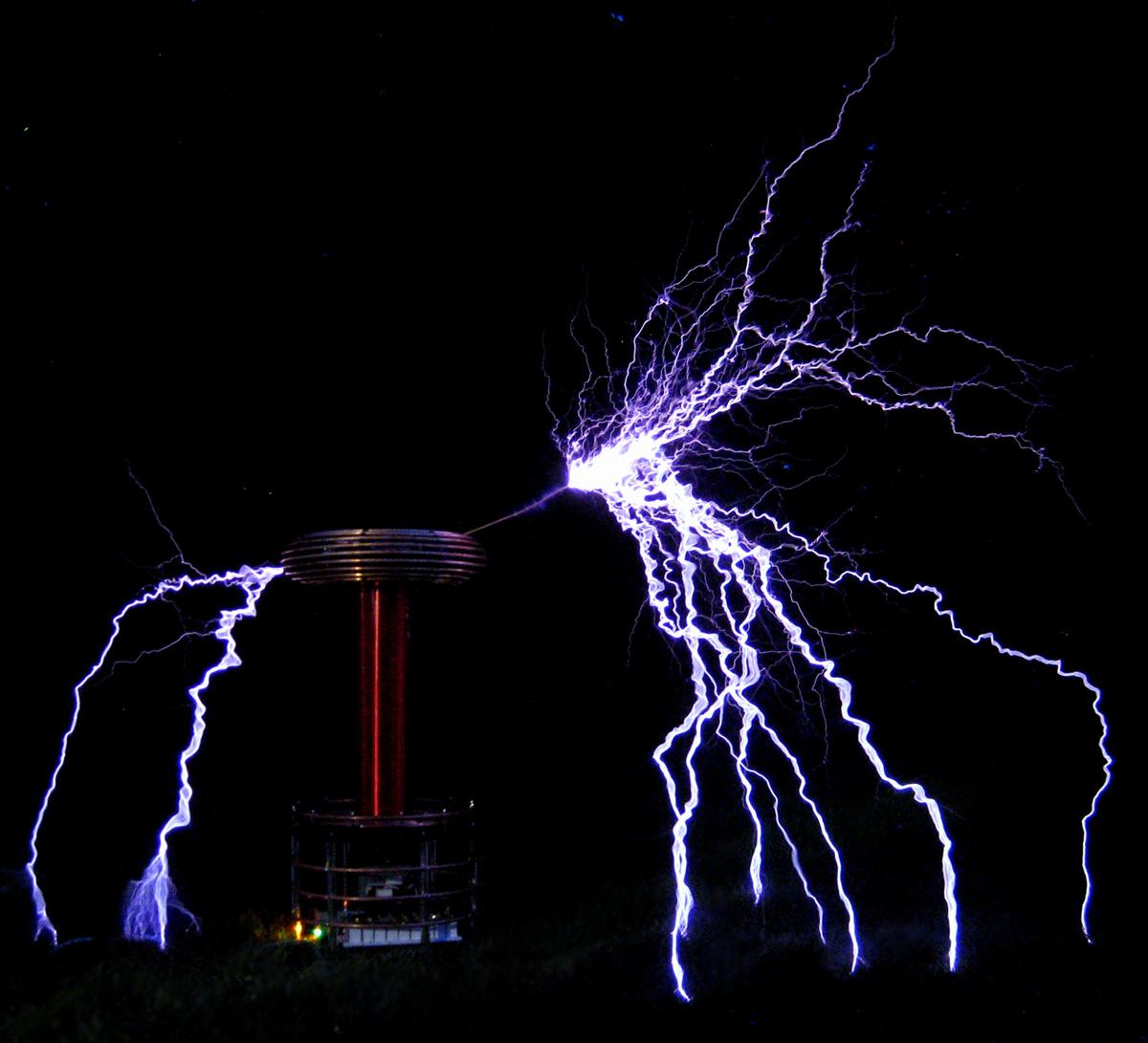 Zeusaphone Z-85 Tesla coil arcing like crazy