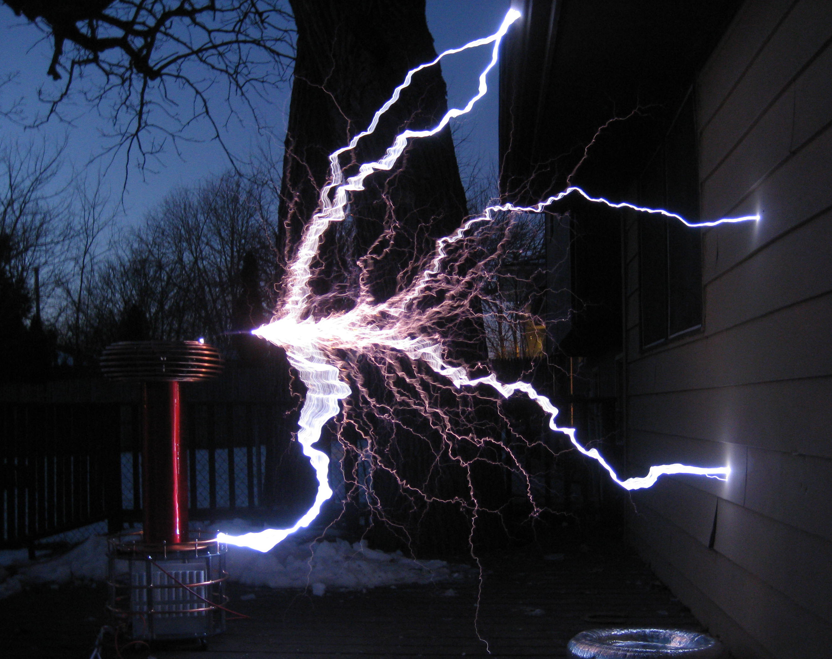 Zeusaphone Tesla coil Z-75 arcing to building with 6 foot sparks